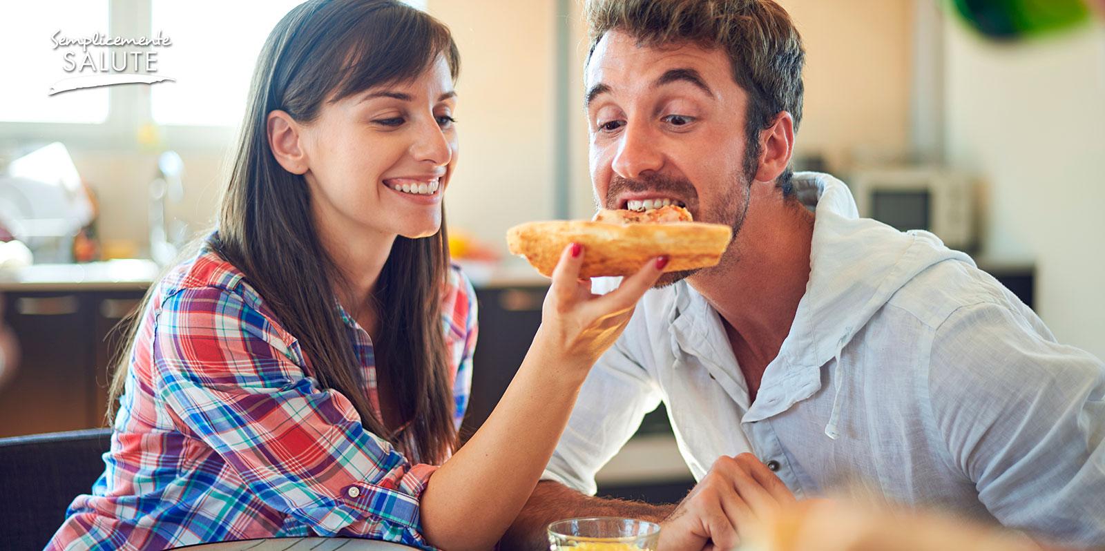uomo mangia di piu con la donna
